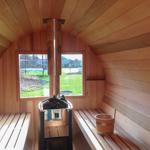 Extra large fenêtre derrière le poêle du baril de sauna